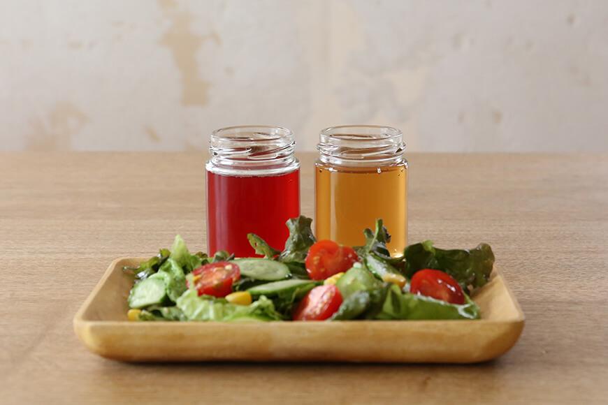 食卓のサラダと梅酢