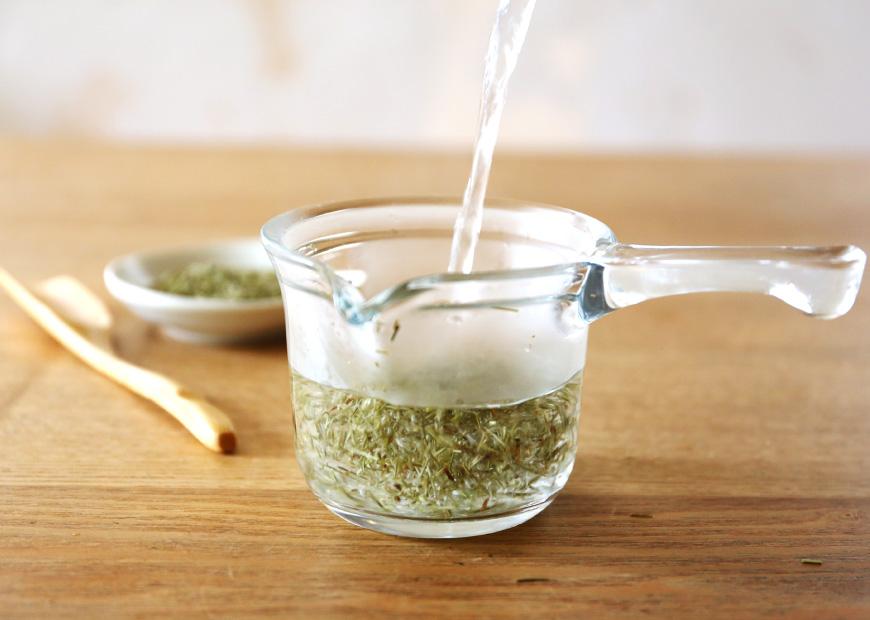 お湯を注がれる茶葉