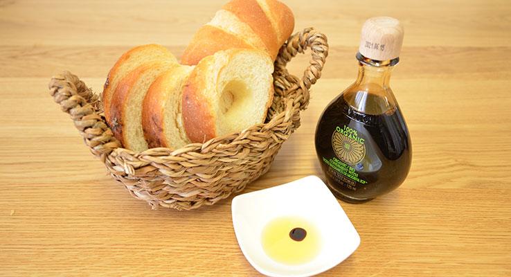 通はパンをオリーブオイルとバルサミコ酢で食べます