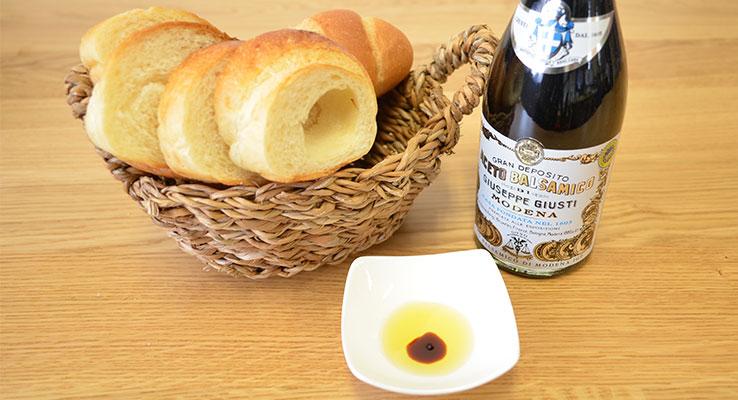 通はパンをオリーブオイルとバルサミコ酢で食べる