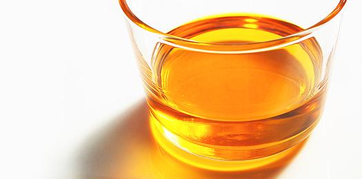 平出油屋の菜種油。美しい琥珀色と芳醇な香りが特長です。