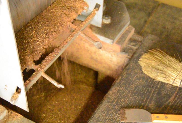 菜種を圧編機にかける