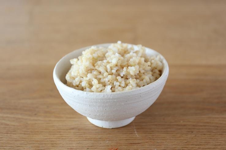農家の方がつくる玄米を食べています
